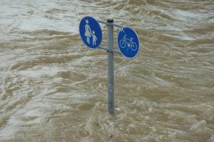 Verkehrsschild im Hochwasser